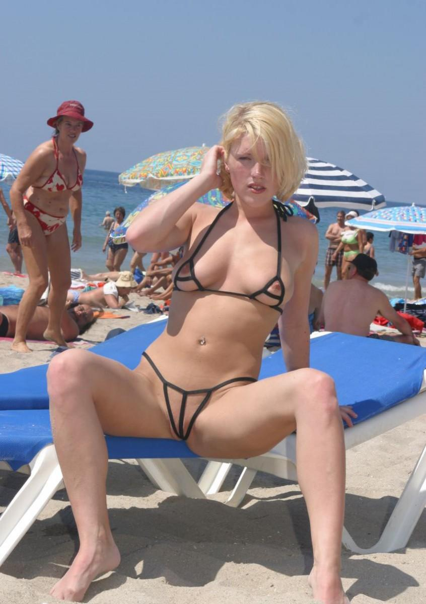 Weird blond babe with a naughty bikini suite expose her nipples and her shaved cunt