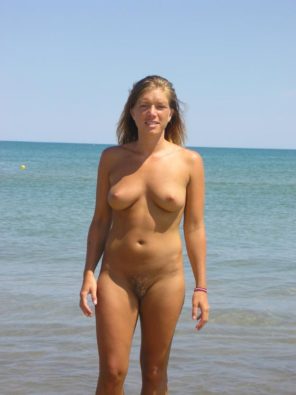 Stunning nude beauty with her twin mounds on plain sight makes a breathtaking seascape