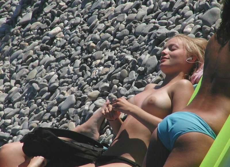 Blonde chick enjoys hanging loose under the rocks