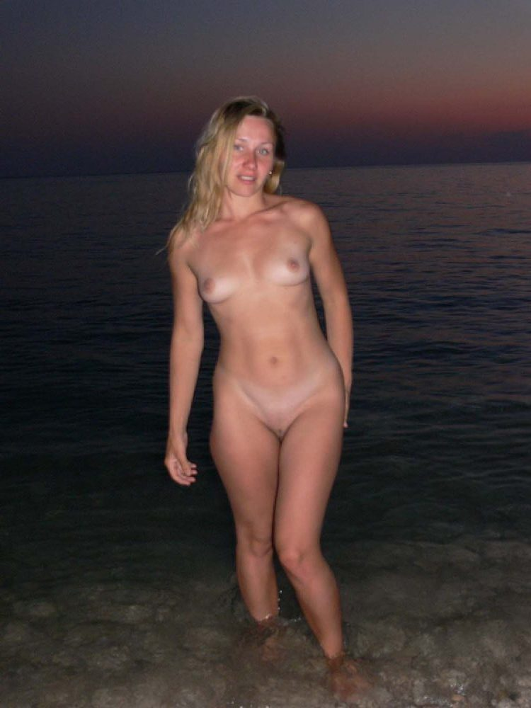 Beautiful nude babe in the sunset