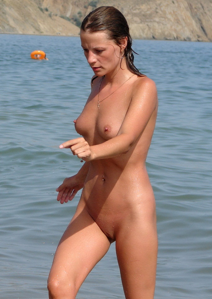 Nude girlie caught by camera while exits from water