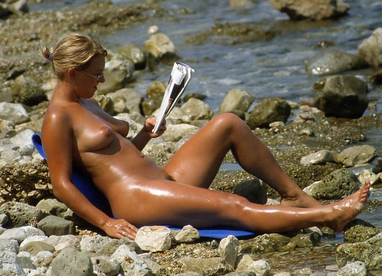 Nudist babe caught while reading newspaper