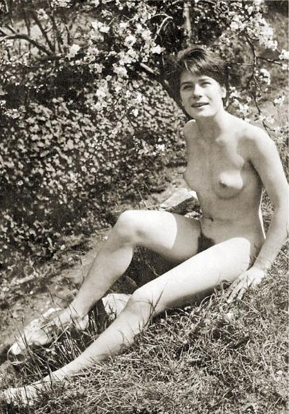 Nude vintage lady expose her bushes in nature