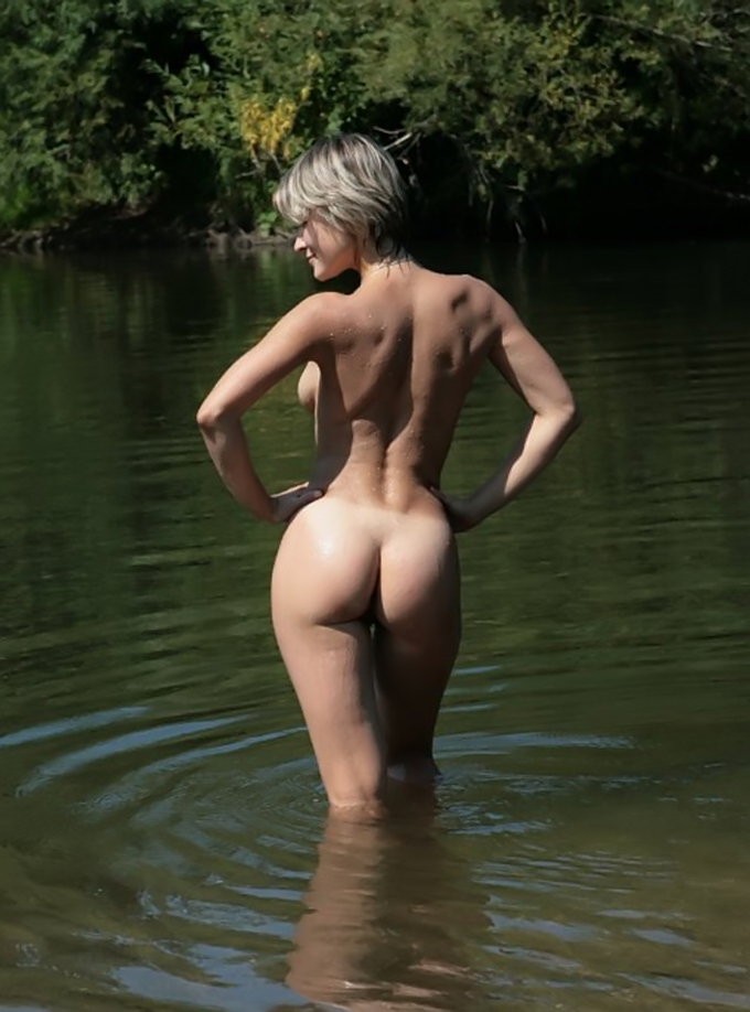Awesome nude babe in the water posing for an artistic photo