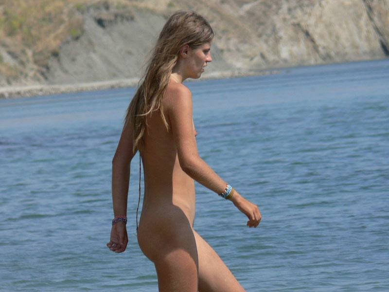 Skinny blond babe with tiny small boobs enter to the water while caught in the picture by hidden cam