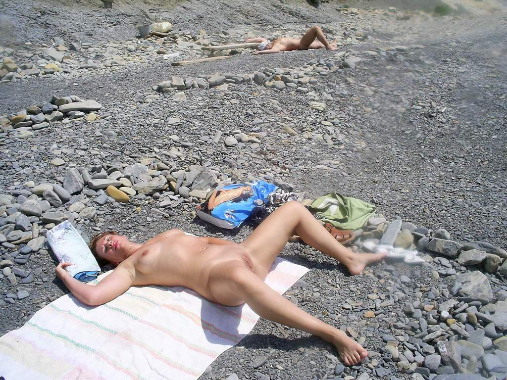Hot lady expose her shaved tasty twat at the sun for warming