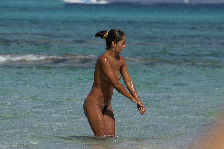 Seductive nude babe enjoying the cool water