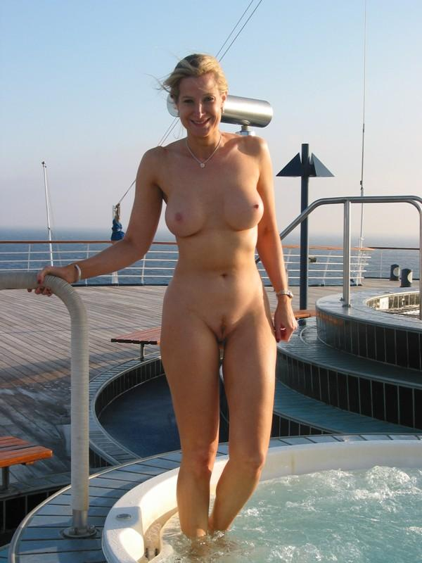 Sizzling jacuzzi for voluptuous nudist with amazing rack
