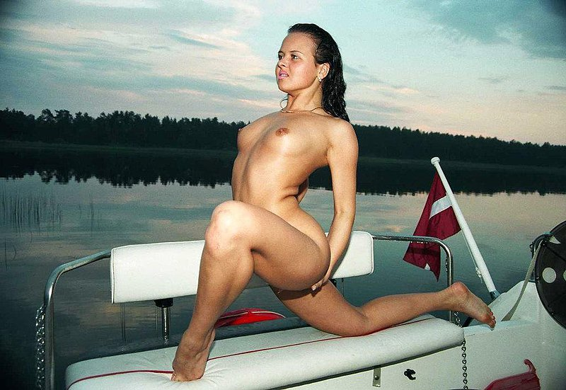 Young nude gymnast adds beauty to the scenery with her mind blowing stunts