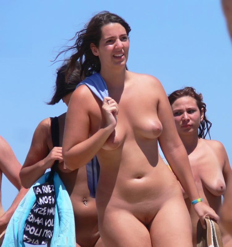 Curvy naked babe strolls around the beach in her birthday suit