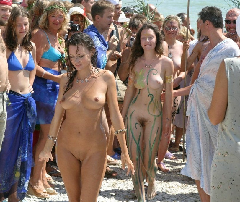 Naked babes sashay their gorgeous figure to the crowd