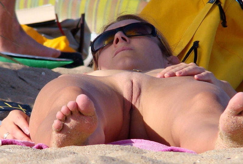 Naked hot momma fell asleep with her shaved slit exposed