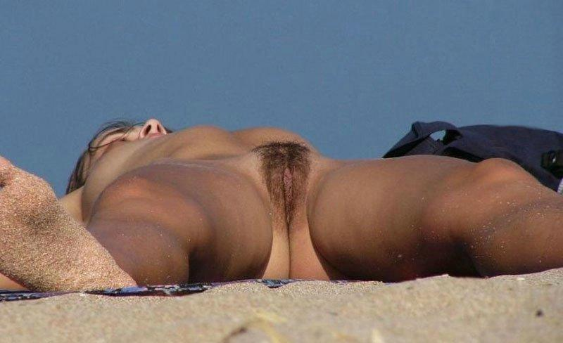 Nude hottie loves the warm weather