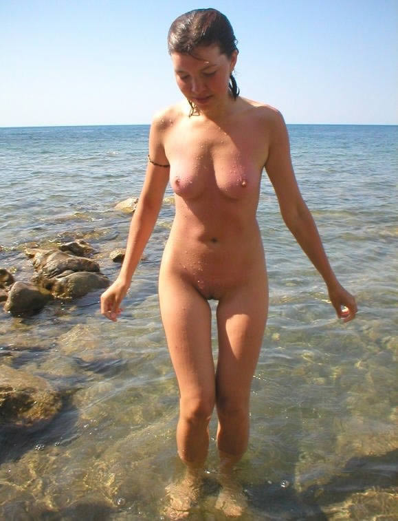 Sultry nature lover soaks her body near the seashore