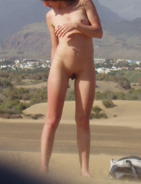 Babe checking out her own ass while naked in front of the camera