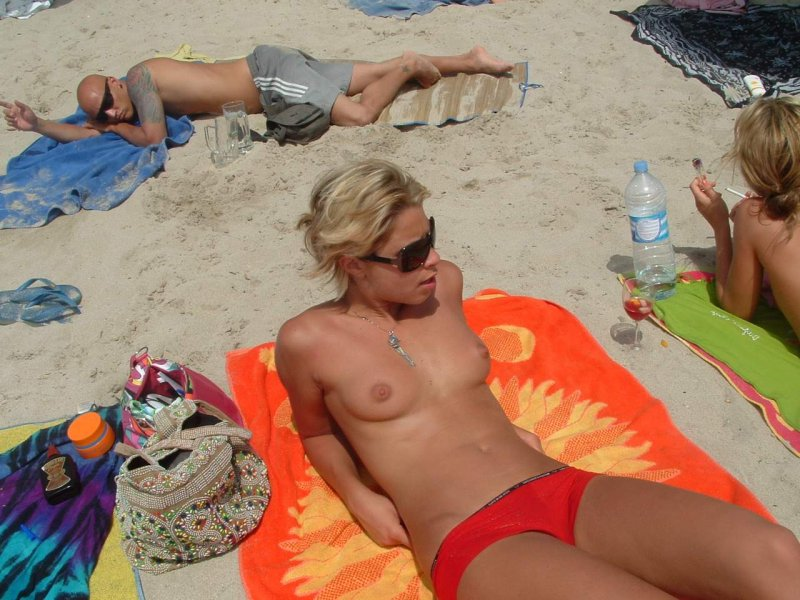 Hot babe expose her pretty titties on beach