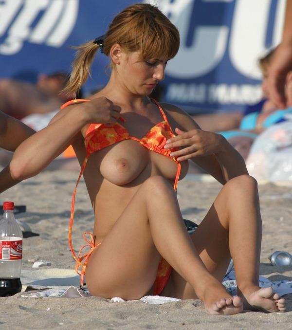 Hot babe strips off her bra