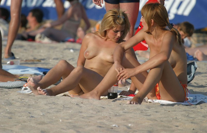 Super hot topless babes caught on the beach