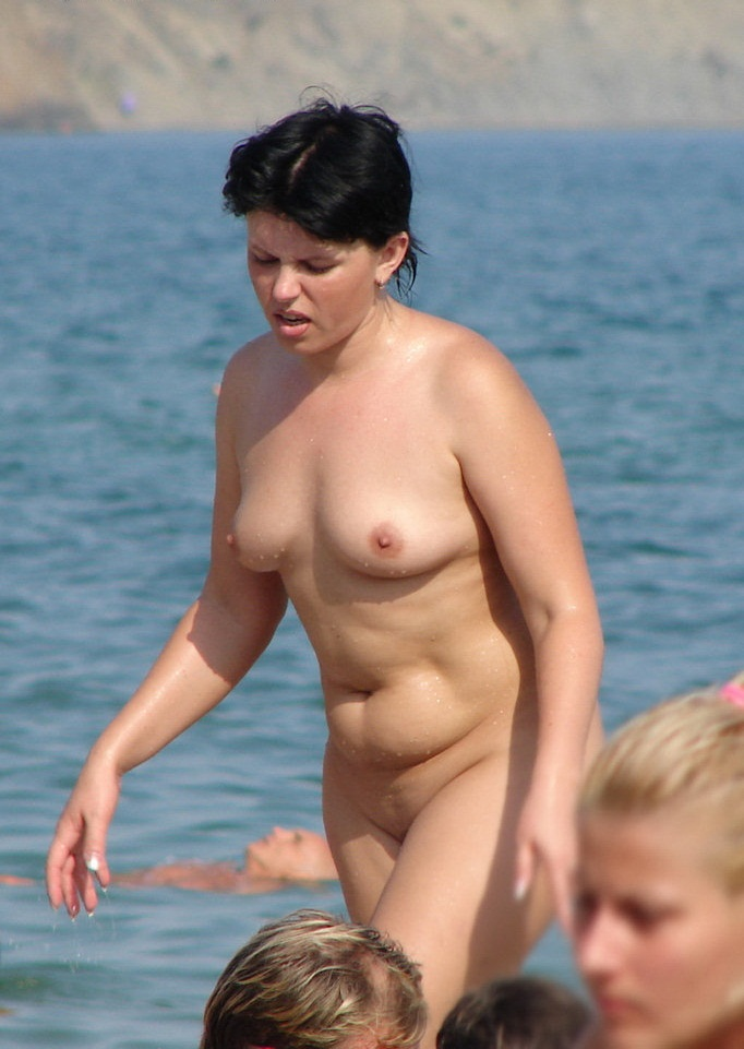 Nude lady show her body for voyeurs