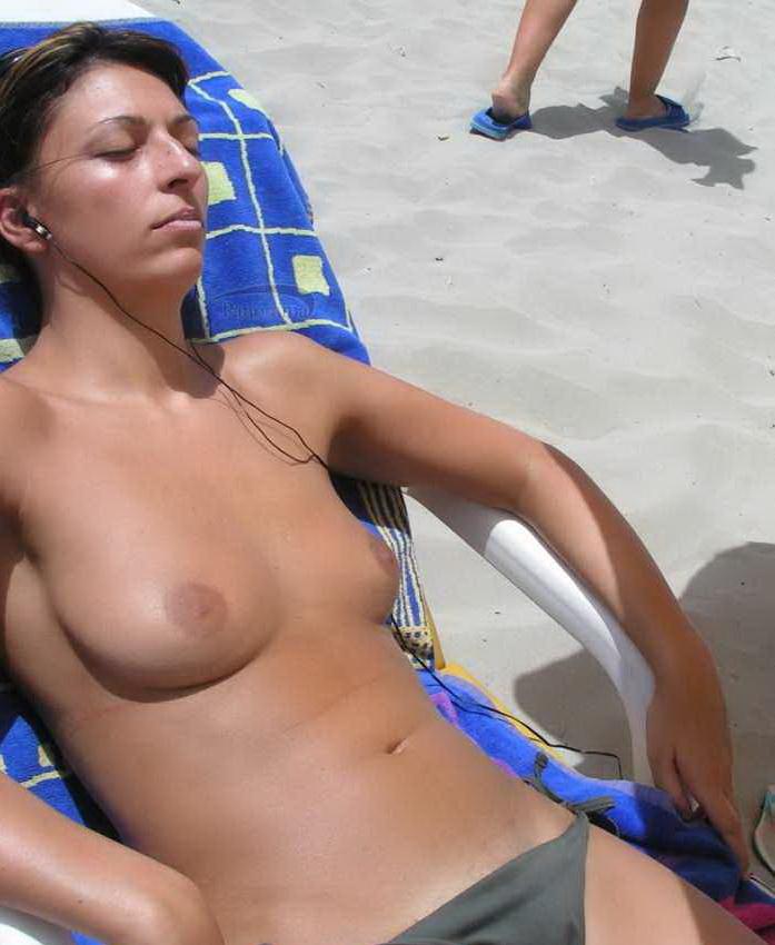 Topless hottie expose her boobies on beach